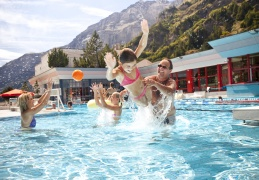 Leukerbad Therme Sportbecken Familie